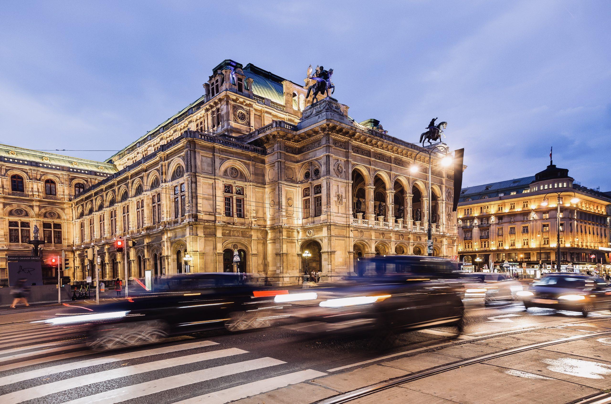 vienna-opera-house-by-night-wien-staatsoper-bei-na-XXRBUKD
